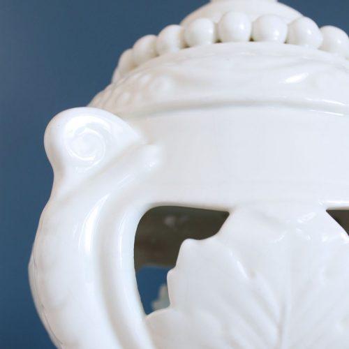 Lámpara de cerámica de Manises, de color blanco y base de madera dorada. Vintage 50s-60s.