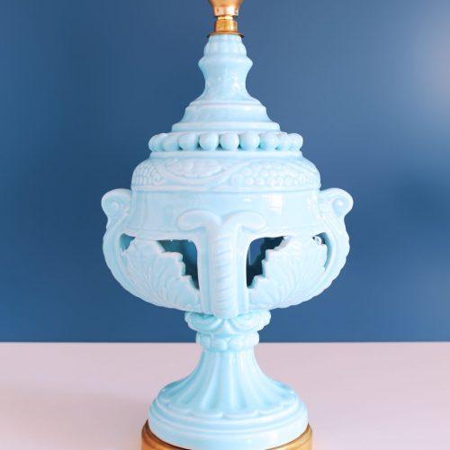 Lámpara de cerámica de Manises, de color azul y base de madera dorada. Vintage 50s-60s.