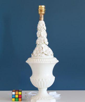 Lámpara de cerámica de Manises. Cerámicas Casés. Blanca con flores. Vintage 50s-60s.
