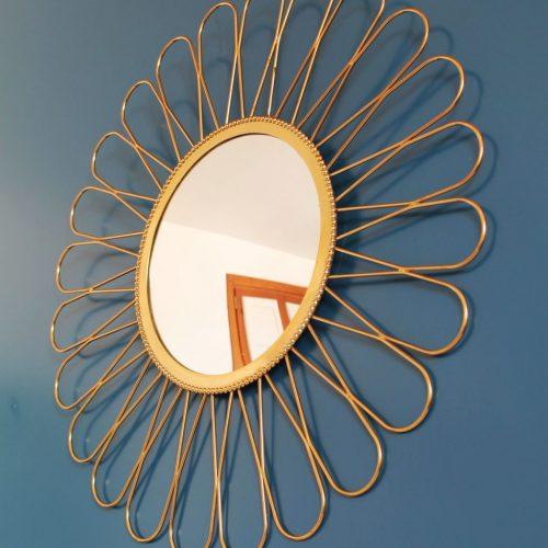 """Espejo sol en forma de flor. Acero dorado y espejo convexo u """"ojo de bruja"""". Vintage 60s."""