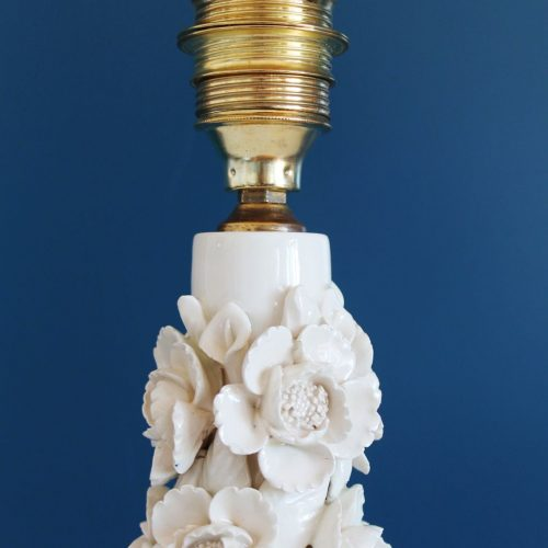 Lámpara de cerámica de Manises. Cerámicas Hispania. Blanca con flores. Vintage 50s-60s.