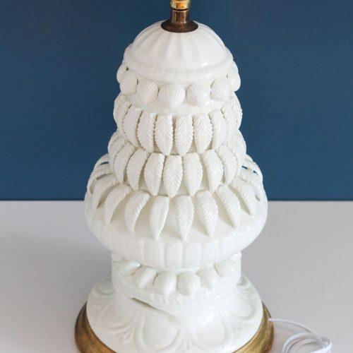 Espectacular lámpara de cerámica de Manises, Bondía. Cerámica blanca con conchas y hojas. Vintage 50s-60s.