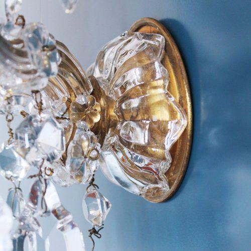 Precioso aplique antiguo de bronce y cristal, con lágrimas y flores. Francia, primera mitad siglo XX.