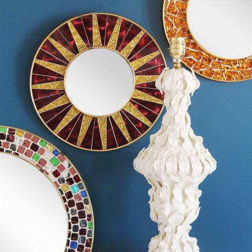Espejo sol con marco de mosaico. Piezas de cristal espejado en color púrpura y dorado. Vintage 60s.