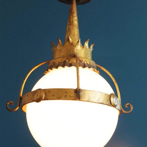 Lámpara de techo en forja dorada y globo de cristal blanco. Vintage años 60s.
