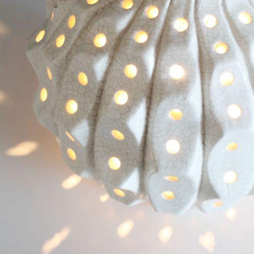 Gran lámpara de cerámica de Manises con iluminación interior. Cerámica blanca de efecto craquelado. Vintage 60s.