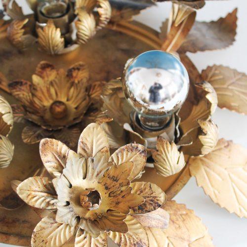 Lámpara o aplique sol en forja dorada. Hojas y flores. Vintage.