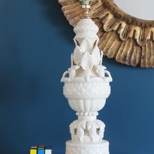 Lámpara de cerámica de Manises, Bondía. Vintage 50s-60s. Cerámica blanca y peana de madera dorada.