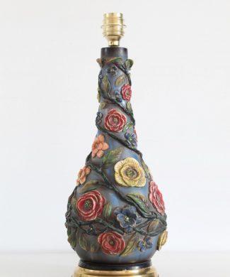 Lámpara de sobremesa con relieves de flores y base de latón dorado. Vintage 50s-60s.