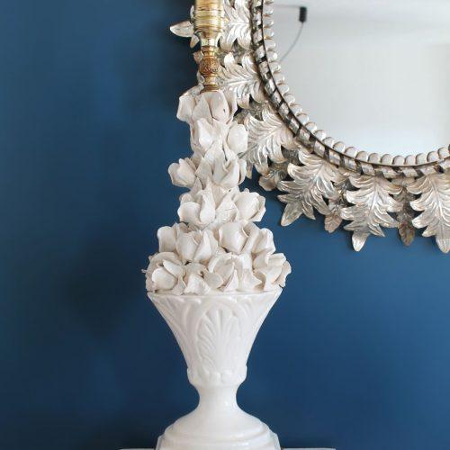 Exquisita lámpara de cerámica de Manises. Blanca con capullos de rosa. Vintage 50s-60s.