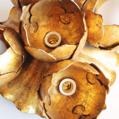Aplique de pared o lámpara de techo en forja dorada al pan de oro. Flores de loto. Vintage años 60s.