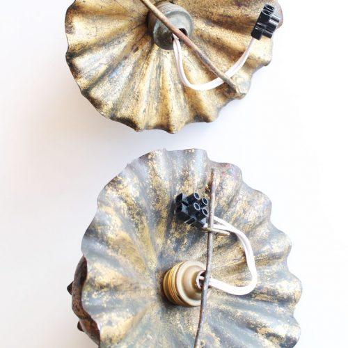 Pareja de apliques de pared o lámparas de techo en forja dorada al pan de oro. Flor de loto. Vintage años 60s.