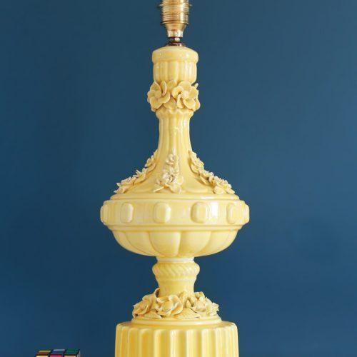 Lámpara de cerámica de Manises. Cerámica amarilla, flores y hojas. Vintage años 50s-60s.