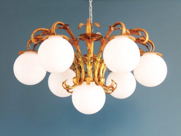 Gran lámpara de techo en forja dorada. Ramas con hojas y globos de cristal. Vintage 50s-60s.