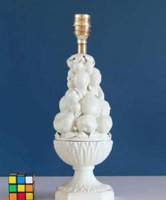 Lámpara de cerámica de Manises en color blanco roto. Copa con frutas y hojas. Vintage años 50s-60s.