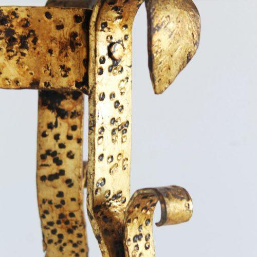 Mesa auxiliar o velador brutalista en forja dorada al pan de oro. Vintage 50s-60s.