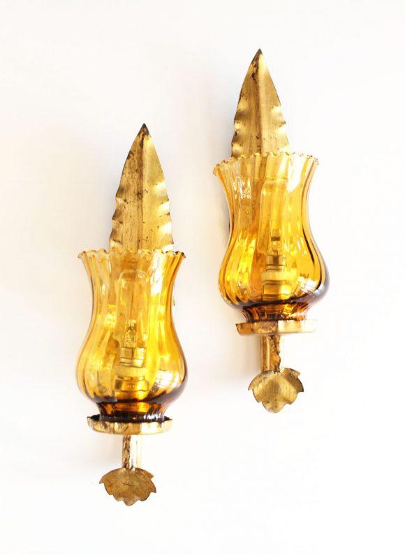 Pareja de apliques en forja dorada al pan de oro y tulipas de cristal. Vintage 50s-60s.