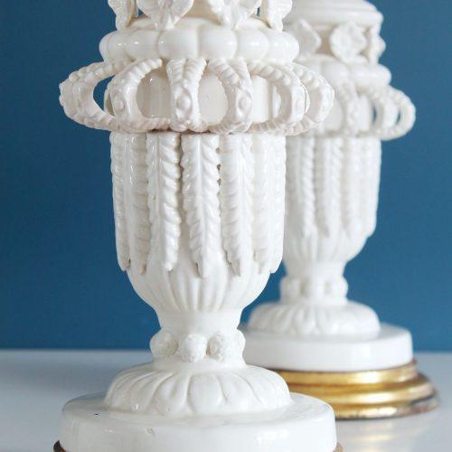 Excelente pareja de lámparas de cerámica blanca de Manises, C. Bondía. Vintage años 50s-60s.