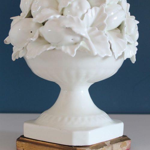 Lámpara de cerámica de Manises en color blanco. Cerámicas Hispania. Copa con frutas y hojas. Vintage años 50.
