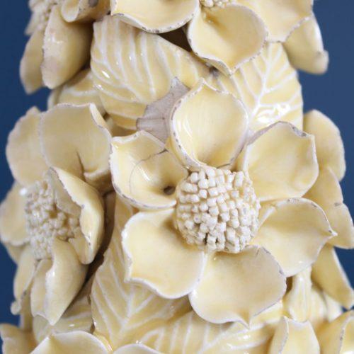 Lámpara de Manises en cerámica amarilla. Cono de flores sobre peana dorada. Vintage 50s-60s.