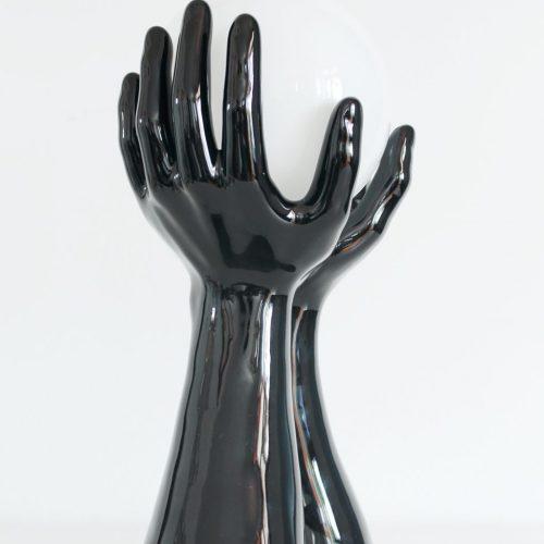 MANOS POP - Escultural lámpara de cerámica negra, manos sujetando una esfera de luz. Vintage 70s-80s.