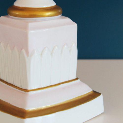 Lámpara de porcelana de diseño neoclásico en blanco, rosa y dorado. Vintage 50s-60s.
