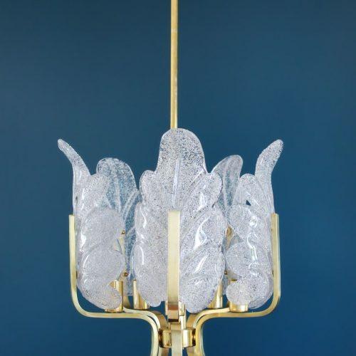 CARL FAGERLUND - ORREFORS. Lámpara chandelier de techo, hojas de cristal y latón dorado. Suecia, Vintage años 60s.
