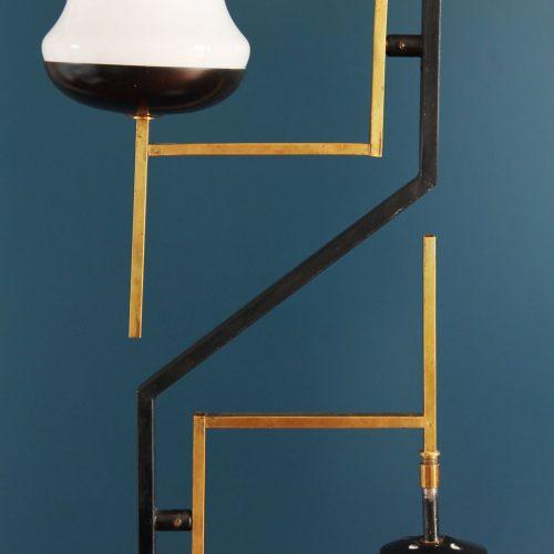 Singular lámpara de pie de hierro y latón dorado con tulipas de cristal, Italia, vintage años 50s.