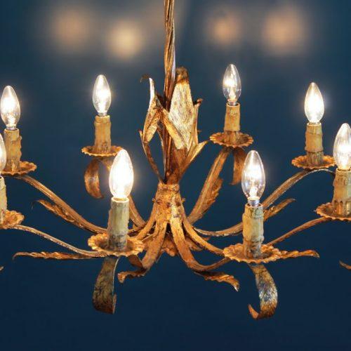 Espectacular gran chandelier o lámpara de techo, en forja dorada. Hecha en España, vintage 50s-60s