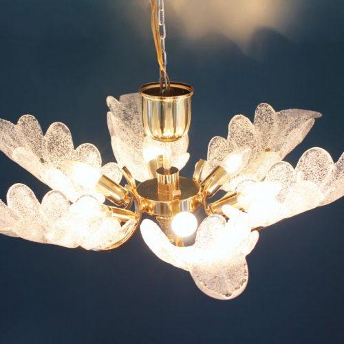 CARL FAGERLUND - ORREFORS. Lámpara chandelier de techo, hojas de cristal y latón dorado. Suecia, Vintage años 60s-70s.