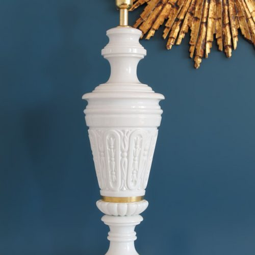Lámpara de sobremesa de porcelana blanca y latón dorado, vintage 50s-60s.