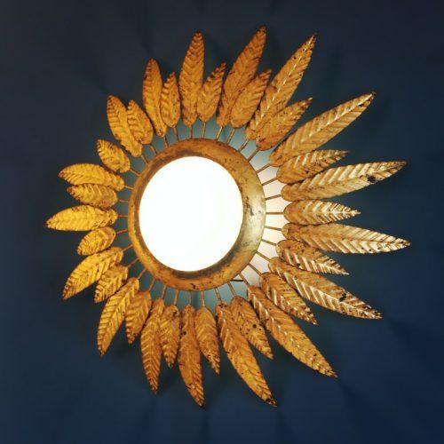 Lámpara plafón o aplique sol en forja dorada, con diseño de hojas o plumas. Convertible en espejo. Vintage años 60.