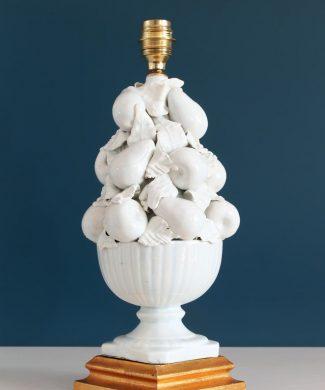 Excelente lámpara de porcelana de Manises en color blanco. Cerámicas Hispania. Copa con frutas y hojas. Vintage años 50.