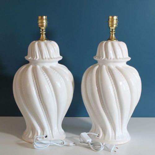 Pareja de lámparas de cerámica de Manises. Cerámica blanca, modelo tibor. Vintage 50s-60s.