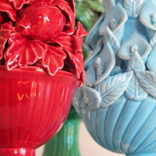 Lámpara de cerámica de Manises en color frambuesa. Cerámicas Hispania. Copa con frutas y hojas. Vintage años 50.