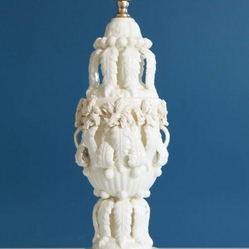 Excelente lámpara de cerámica de Manises, Cerámicas Bondía. Blanca con hojas y flores. Vintage 50s-60s.