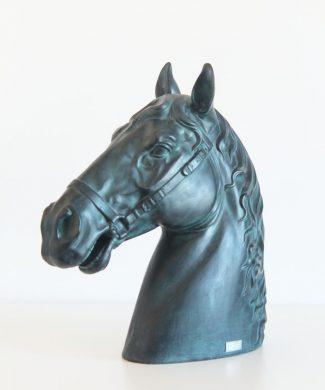 CABEZA DE CABALLO. Escultura realista con acabado en color bronce, firmada, vintage 80s.