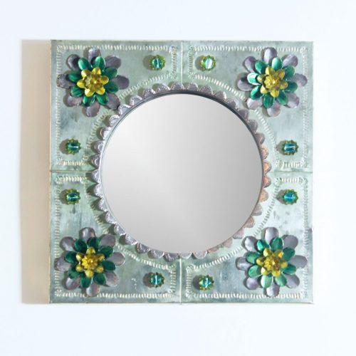 ARTE ESPAÑA - espejo con marco de hojalata y cuentas de cristal. Vintage 50s-60s. Lámpara a juego.