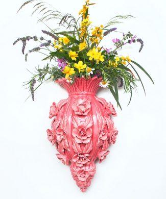 JARRÓN DE PARED de cerámica de Manises. Rosa con flores y hojas. Vintage años 50-60.