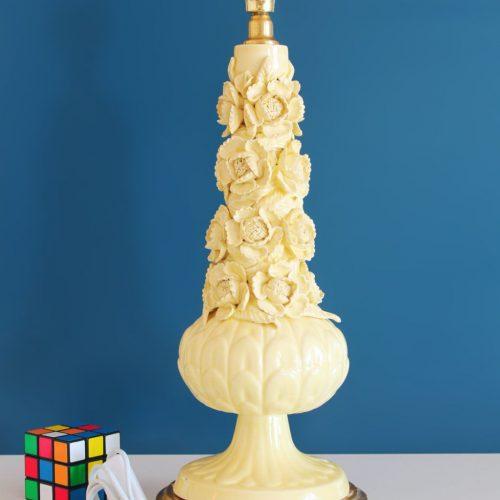 Lámpara de cerámica de Manises, en color amarillo con calas y peonías. Vintage años 50s- 60s