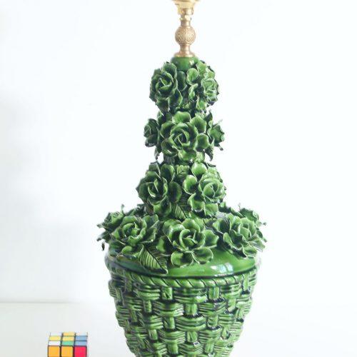 Gran lámpara de cerámica de Manises en color verde. Cesto con rosas. Vintage 50s-60s.