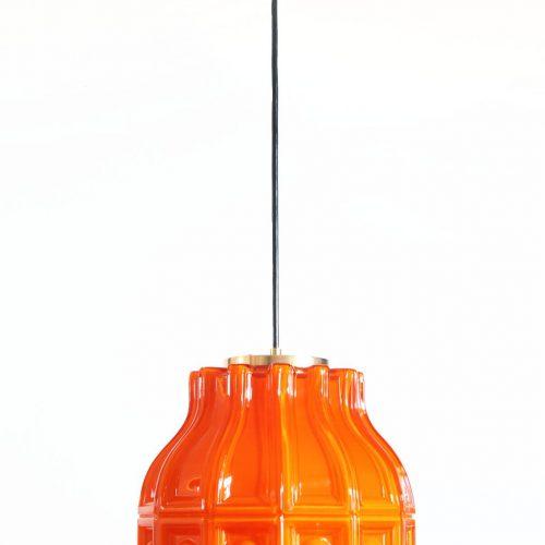 HELENA TYNELL para FLYGSFORS. Lámpara de techo de cristal opal naranja. Suecia, vintage años 60s.