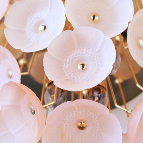 Espectacular lámpara de techo de flores de cristal rosado y latón, Alemania, vintage 60s.