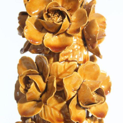 Lámpara de cerámica de Manises, en color caramelo con calas y peonías. Vintage años 50s- 60s