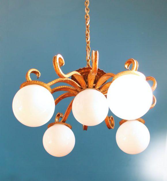 Gran lámpara de techo en forja dorada y globos de cristal. Vintage 50s-60s.
