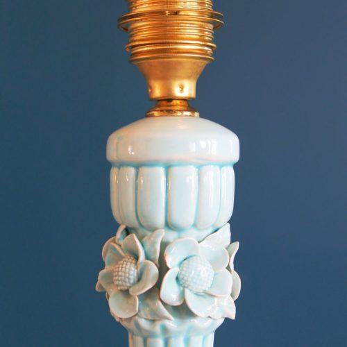 Lámpara de cerámica de Manises, en color azul pálido. Vintage años 50s- 60s.