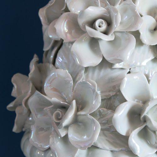 Lámpara de cerámica de Manises. Copa con flores. Blanco roto efecto nacarado. Vintage 50s-60s.