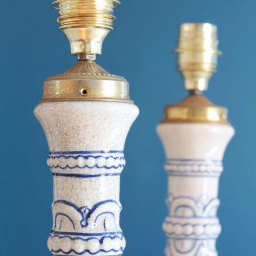 Pareja de lámparas de cerámica de Manises pintadas a mano, blancas con motivos azules , vintage 50s-60s.