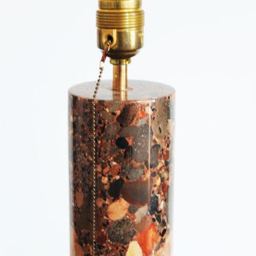 Singular lámpara de sobremesa, realizada en piedra natural tallada. Vintage años 60s.