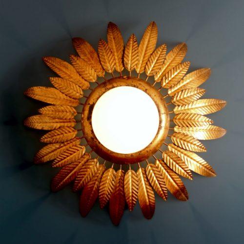 Lámpara plafón o aplique sol en forja dorada, con diseño de hojas o plumas. Convertible en espejo. Vintage años 60. DOS UNIDADES DISPONIBLES